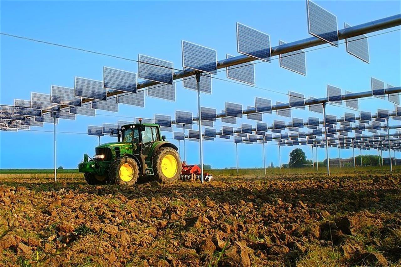 Рис. 5. Обробка землі на агрівольтаіческой фермі потужністю 2,15 МВт в Вирджилио поблизу Мантуа, Італія.