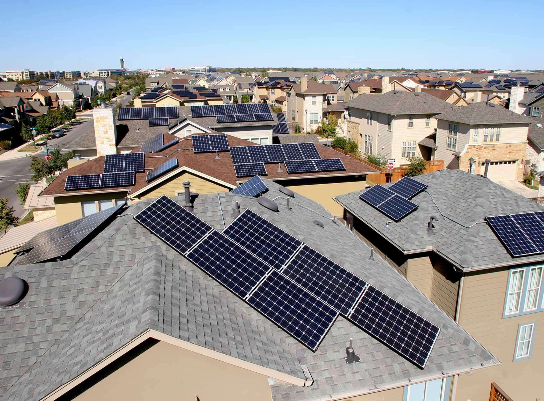 Фото: Приватні будівлі з PV-панелями у спільноті Mueller, Остін, Техас, США, сполучені із накопичувачами електрики та доєднані до комунальної розподіленої енергетичної мережі за федеральною програмою SHINES – «Sustainable and Holistic Integration of Energy Storage and Solar PV» («Стала та всеохоплююча інтеграція сховищ енергії та сонячної PV-генерації»). Початок програми – 2016 р., тестовий запуск – 2018 р., повний запуск в експлуатацію – квітень 2019 р.