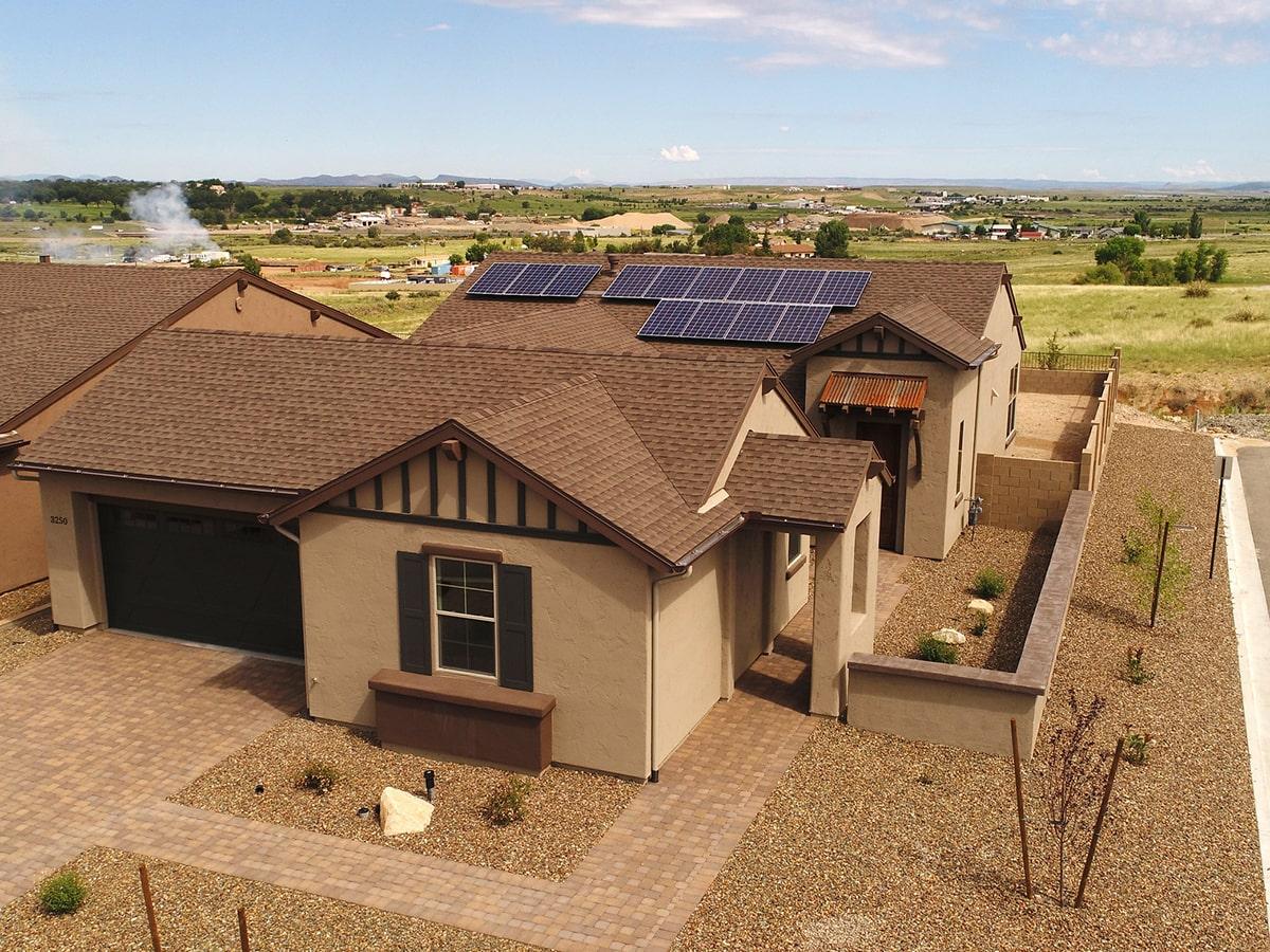 На фото: «Солнечное сообщество» Jasper в Prescott Valley, Аризона, США, 2900 частных домов, организованных в виртуальную PV-электростанцию 11.6 МВт с распределенной системой хранения энергии емкостью 23 МВт · ч.