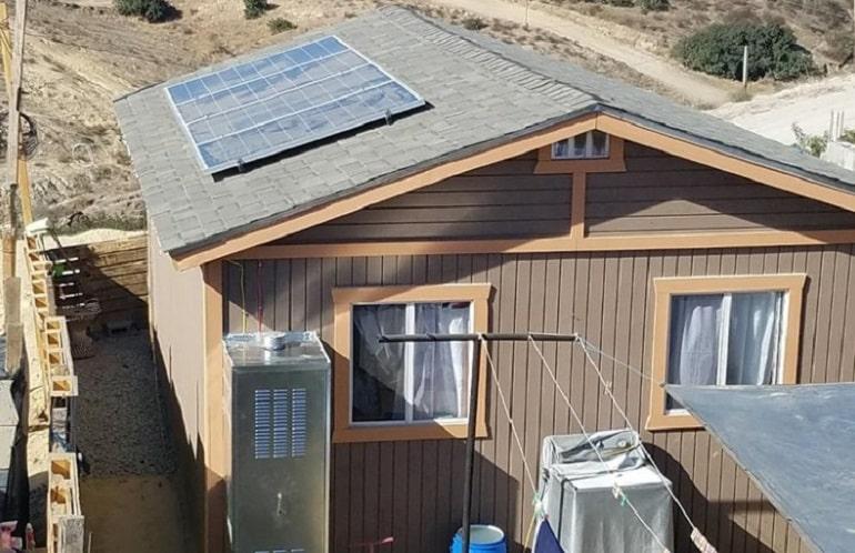 Фото 2. Відпрацьовані термін служби PV-панелі на даху будинку в Мексиці забезпечують безкоштовну електрику для жителів. Належать WFTSS. Джерело: онлайн-видання Solar Power World - Old solar panels get second life in repurposing and recycling markets, Jan'19