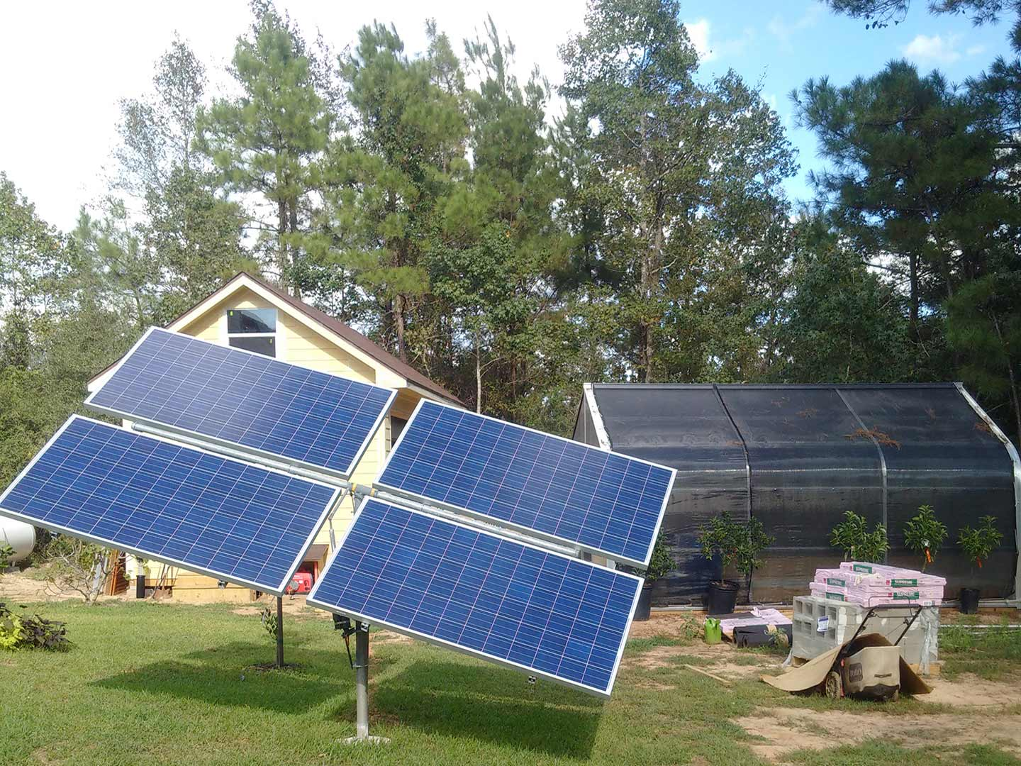 Photo: Off-grid PV-tracker with an effective capacity of 1.2 kW for feeding the private greenhouse in Montgomery County, Texas, USA.