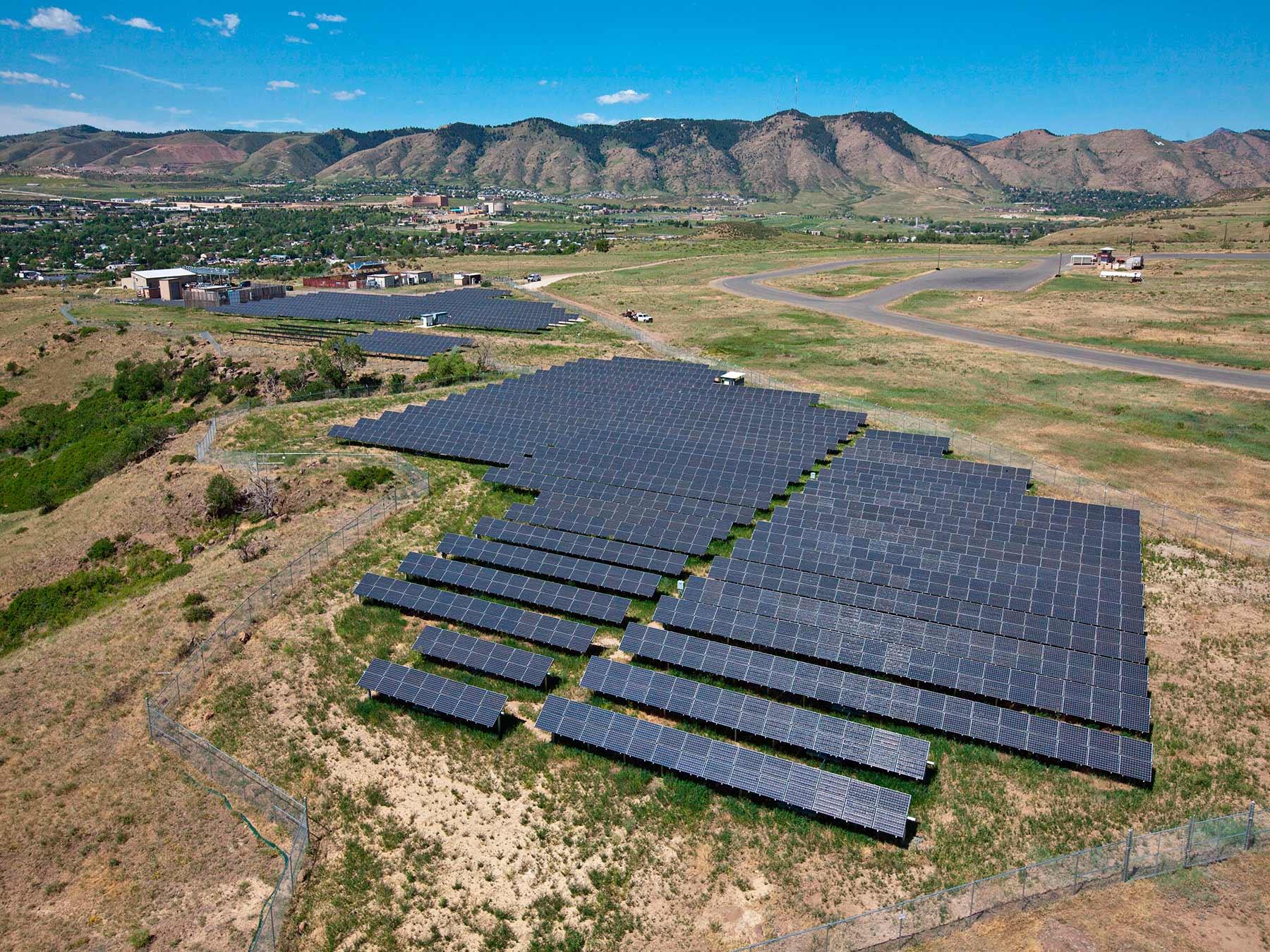 Фото: Локальная солнечная электростанция в распределенной сети, соединенная с общей стационарной электросетью, сообщество в South Table Mountain («Южная столовая гора», Колорадо, США). Проект реализован при поддержке Министерства энергетики США (U.S. Department of Energy, DOE).
