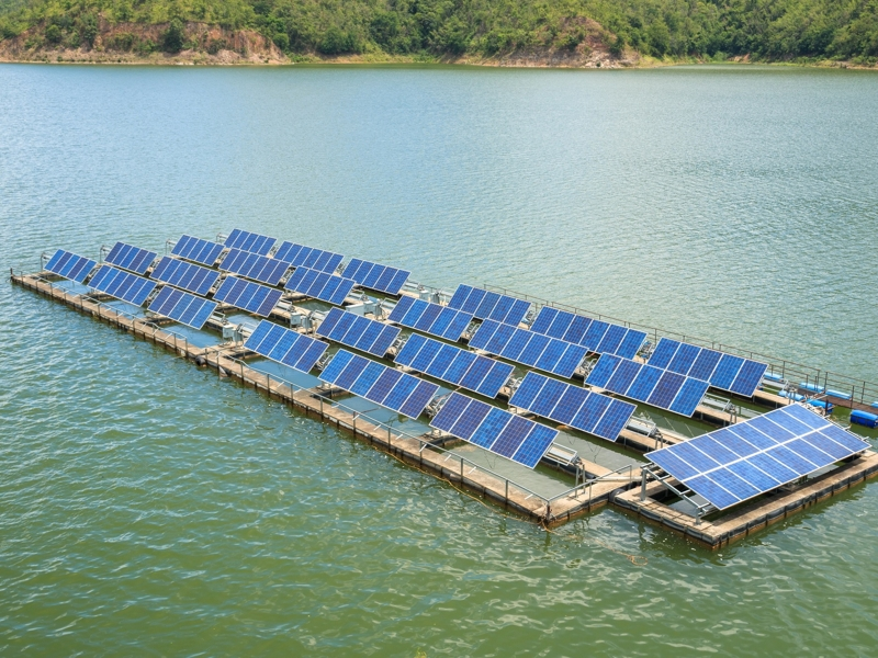 На фото - приклад плавучої сонячної електростанції