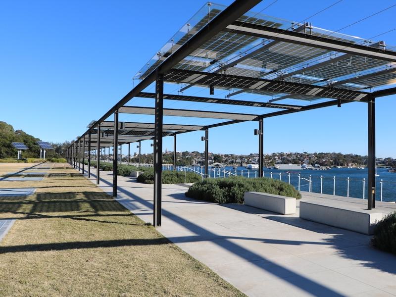 На фото - сучасна BIPV система на базі напівпрозорих сонячних панелей у вигляді навісів