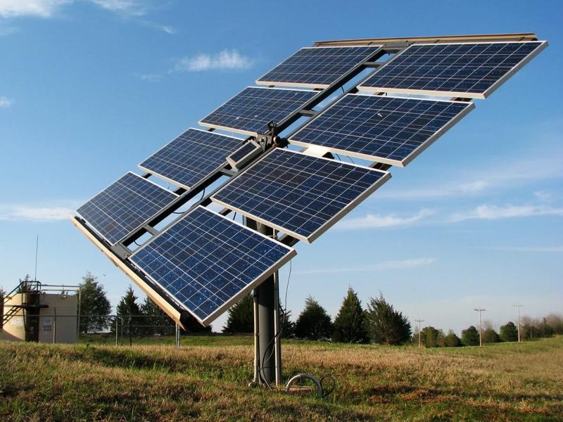 На фото - приклад розміщення сонячних модулів на двохосьовому сонячному трекері